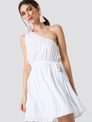 Schanna x NA-KD One Shoulder Tie Dress