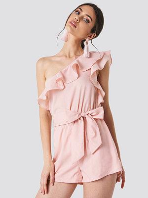 Schanna x NA-KD One Shoulder Frill Playsuit rosa