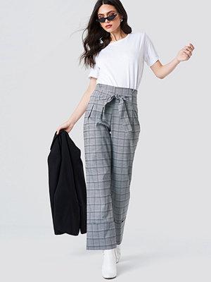NA-KD Trend Front Knot Detail Flared Pants - Utsvängda byxor ljusgrå rutiga