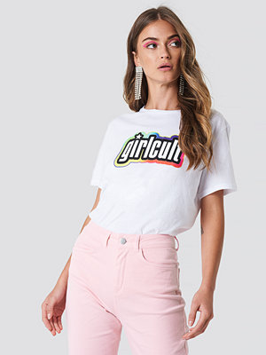 Galore x NA-KD Girl Cult Tee vit