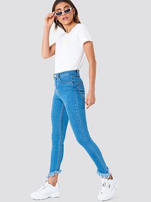 NA-KD Slanting Hem Jeans blå
