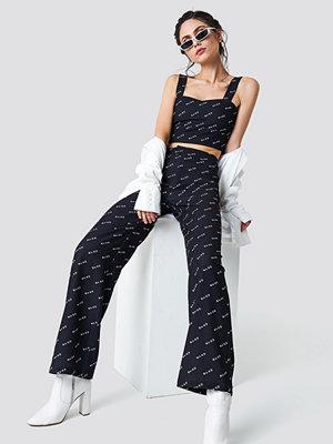 NA-KD Trend svarta byxor med tryck NA-KD Logo Loose Fit Pants svart