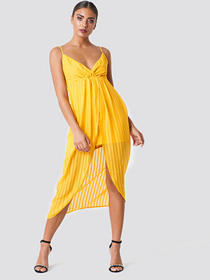 NA-KD Party Twist Front Strap Dress - Midiklänningar