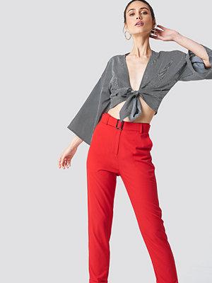 NA-KD röda byxor Turn Up Belted Pants röd