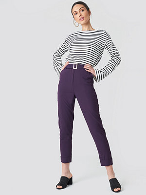 NA-KD omönstrade byxor Turn Up Belted Pants lila