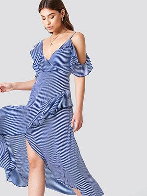 Debiflue x NA-KD One Shoulder Frill Dress - Festklänningar