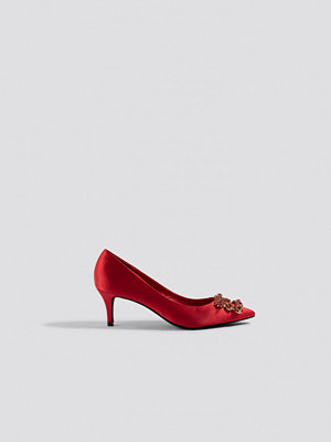 NA-KD Shoes Front Embellished Satin Pumps röd