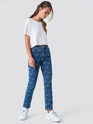 NA-KD Trend Logo Jeans blå