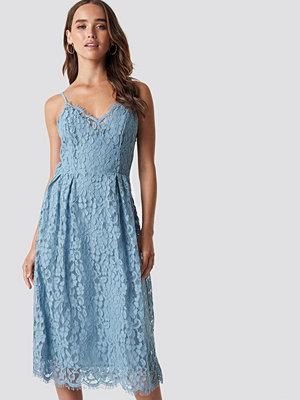 NA-KD Party Scalloped Edge Lace Dress - Midiklänningar
