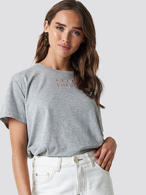NA-KD Trend Loudly Oversized Tee grå