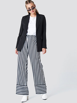 NA-KD High Waist Wide Striped Pants - Utsvängda byxor randiga