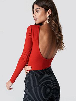 NA-KD Trend Deep Back Body röd
