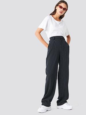 NA-KD Classic svarta randiga byxor Flared Striped Pants svart