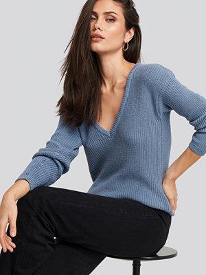 NA-KD Deep Front V-neck Knitted Sweater blå