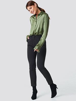 NA-KD Trend Pinstriped Suit Pants - Ankelbyxor svarta randiga