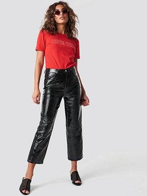 NA-KD Trend Cropped Patent Pants - Utsvängda byxor svarta