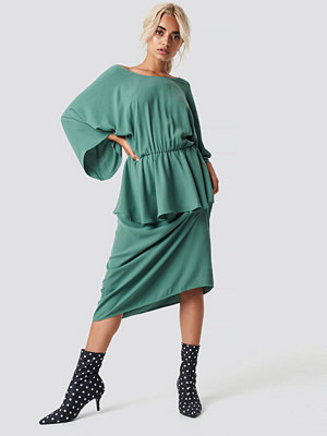 NA-KD Party Deep Back Frill Midi Dress grön