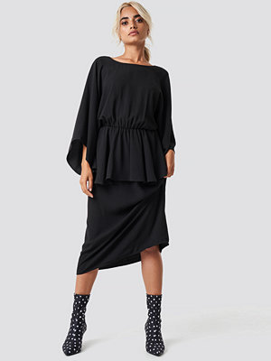 NA-KD Party Deep Back Frill Midi Dress svart