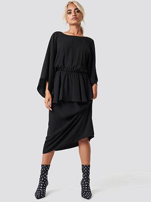 NA-KD Party Deep Back Frill Midi Dress - Festklänningar