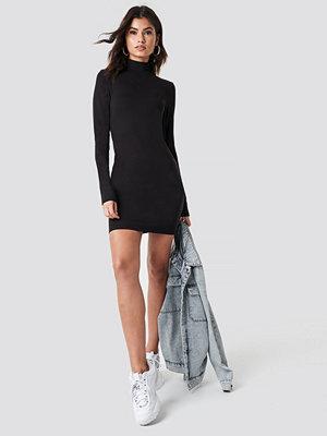 Nicki x NA-KD High Neck Bodycon Dress svart