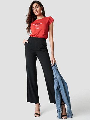 Hannalicious x NA-KD Highwaisted Straight Suit Pants - Utsvängda byxor svarta