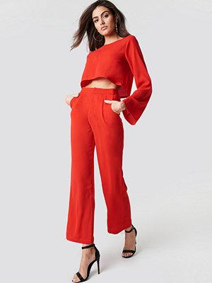 Hannalicious x NA-KD Highwaisted Straight Suit Pants - Utsvängda byxor röda