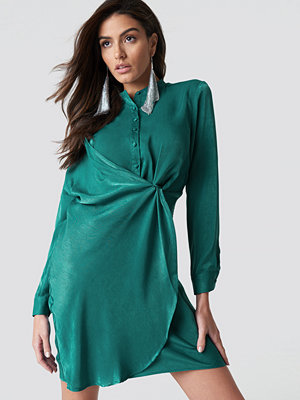 Hannalicious x NA-KD Draped Shirt Dress grön