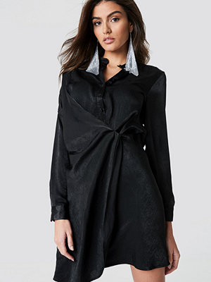 Hannalicious x NA-KD Draped Shirt Dress svart
