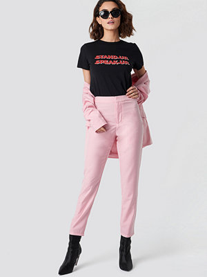 Emilie Briting x NA-KD omönstrade byxor Ankle Pants rosa