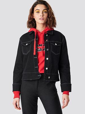 Emilie Briting x NA-KD Cuffed Denim Jacket svart