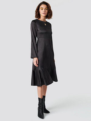 Emilie Briting x NA-KD Long Sleeve Satin Dress svart