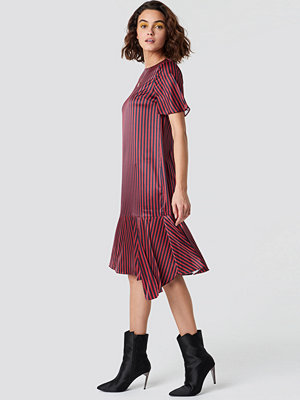 Emilie Briting x NA-KD Pinstripe Satin Dress röd