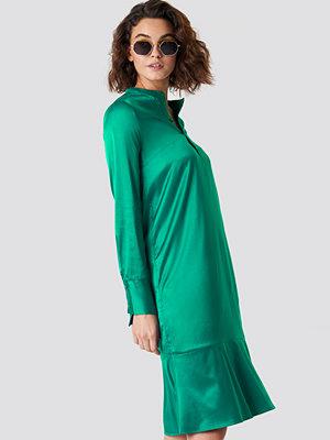 Emilie Briting x NA-KD Long Sleeve Buttoned Satin Dress grön