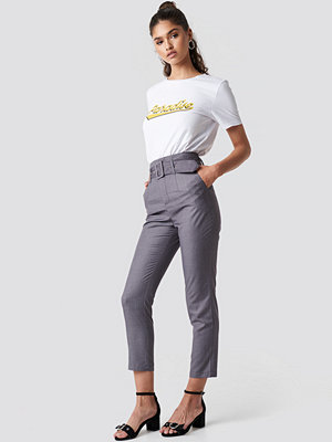 NA-KD Classic High Waist Belted Pants grå byxor