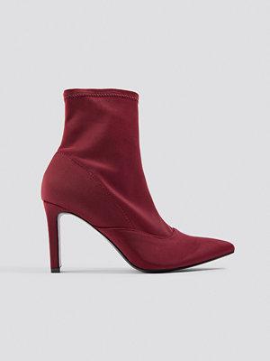 Dilara x NA-KD Rectangular Heel Satin Boots röd