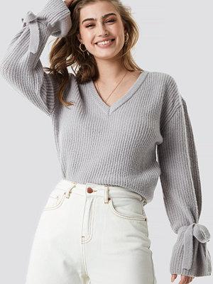 Linn Ahlborg x NA-KD V-Neck Tie Sleeve Sweater grå