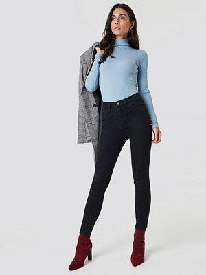 Dilara x NA-KD Basic Skinny Jeans