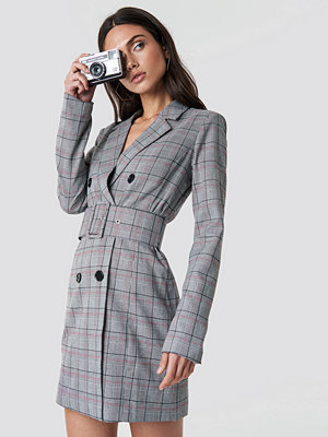 Dilara x NA-KD Checked Belted Blazer Dress - Miniklänningar