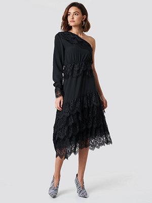 NA-KD Party One Shoulder Asymmetric Lace Dress - Midiklänningar