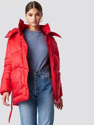 NA-KD Trend Belted Puff Jacket röd