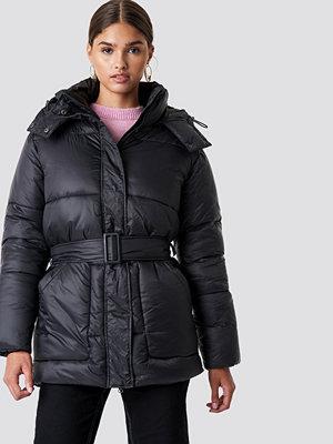 NA-KD Belted Puff Jacket svart