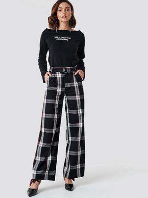 NA-KD Trend svarta rutiga byxor Flared Leg Creased Suit Pants svart multicolor