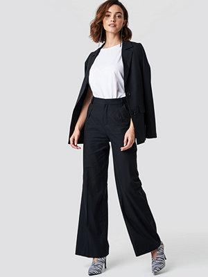 NA-KD Trend svarta byxor Flared Leg Creased Suit Pants svart