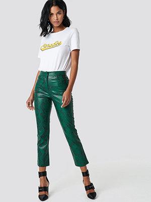 NA-KD gröna mönstrade byxor Snake Printed PU Pants grön