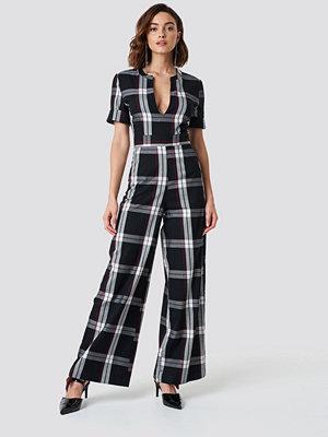 NA-KD Trend V-Neck Straight Leg Creased Jumpsuit svart multicolor