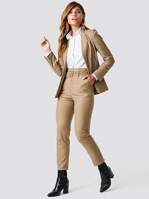NA-KD Classic High Waist Belted Pants beige byxor