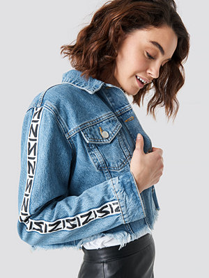 NA-KD Trend N Branded Denim Jacket blå
