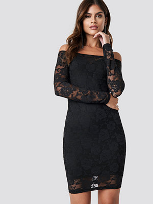 NA-KD Party Off Shoulder Lace Dress svart