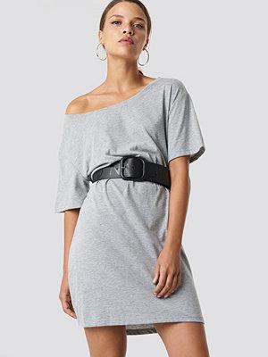 NA-KD T-Shirt Klänning Med En Ärm Och Bälte grå