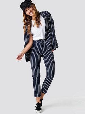 NA-KD Classic marinblå randiga byxor Navy Striped Suit Pants blå